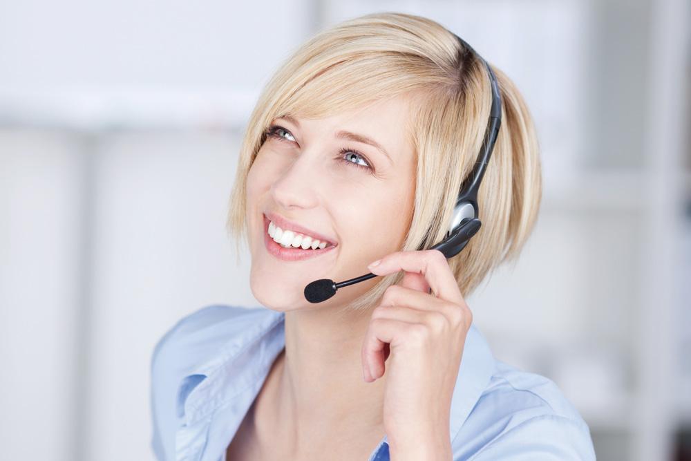 Photo d'une hôtesse d'accueil blonde au téléphone