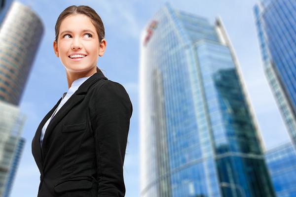 Photo d'une jeune femme dans un quartier d'affaires