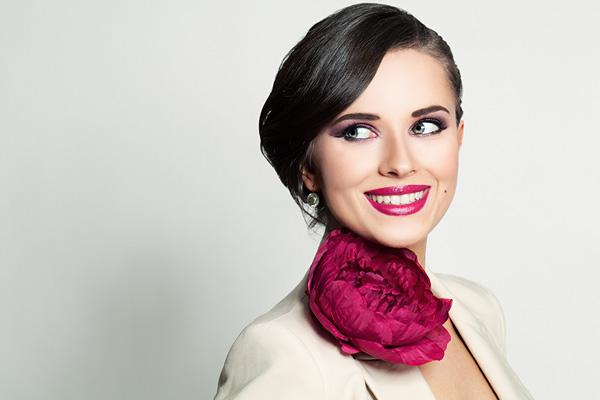 Photo d'une hôtesse d'accueil élégante, accueil événementiel